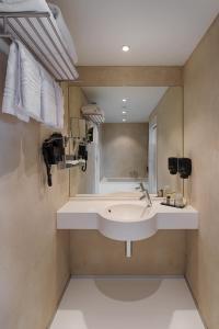 A bathroom at Orange Hotel La Louvière