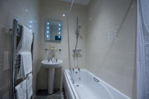A bathroom at Parkwood Hotel