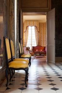 A seating area at Château-Hôtel de Bourron