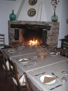 Un restaurante o sitio para comer en Casa Rural y Restaurante Casa Adriano