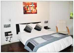 A bed or beds in a room at Santiago Suite Apartment