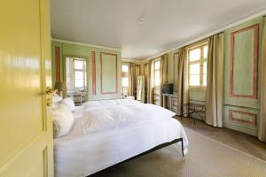 Ein Bett oder Betten in einem Zimmer der Unterkunft Hotel Villa Sorgenfrei & Restaurant Atelier Sanssouci
