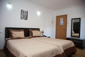 A bed or beds in a room at Hotel Vale do Zezere