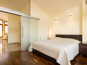 Ein Bett oder Betten in einem Zimmer der Unterkunft Sopocki Dwór Apartments