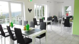 A restaurant or other place to eat at Appart-Hotel Harmonie