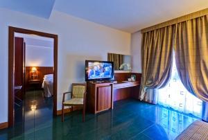 A television and/or entertainment centre at Hotel Dei Principati