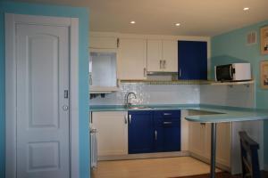 Una cocina o zona de cocina en Apartamentos Rincón del Puerto