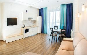 Кухня или мини-кухня в Аппартаменты на Курортном Проспекте 105