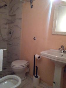 A bathroom at Casa di Marco a Santa Croce