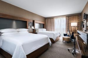 A bed or beds in a room at Sheraton Toronto Airport Hotel & Conference Centre