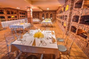 Ein Restaurant oder anderes Speiselokal in der Unterkunft Hotel Dolphin
