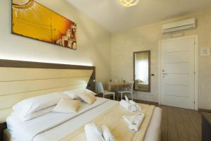 A bed or beds in a room at Relais Tiburtina