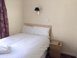 A bed or beds in a room at Lockyer House B&B