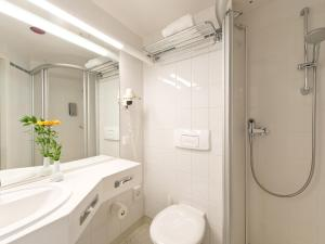 A bathroom at Hotel Kaiserin Augusta