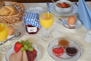 Breakfast options available to guests at Land Wirtschaft Höß