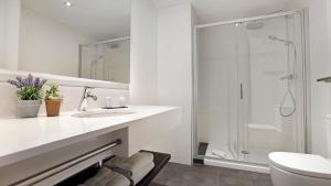 A bathroom at Arc La Rambla