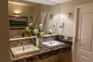 A bathroom at Hotel Sevilla