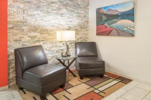 A seating area at Super 8 by Wyndham Moberly MO