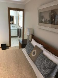 A bed or beds in a room at Lakeside Chalet & Studio