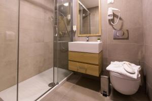 A bathroom at Hotel Crikvenica
