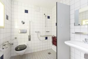 A bathroom at Jugendherberge Aachen