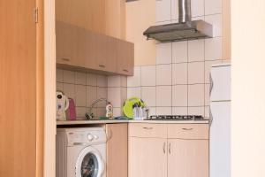 Кухня или мини-кухня в Flat76 Volzhskaya Naberezhnaya 61