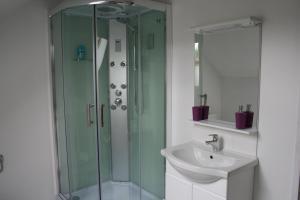 A bathroom at Le Prestige Bed & Breakfast