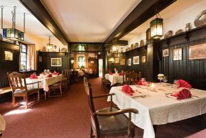 Ein Restaurant oder anderes Speiselokal in der Unterkunft Löwen Hotel & Restaurant
