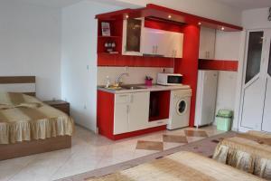 Кухня или кухненски бокс в Орхидея Студия