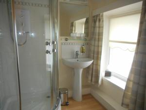 A bathroom at The Robertson Arms Hotel