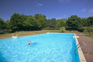 The swimming pool at or near Camping El Helguero