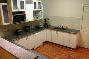 A kitchen or kitchenette at Lake Tyrrell Accommodation