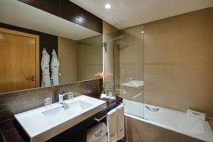 Un baño de Hotel Sercotel Portales