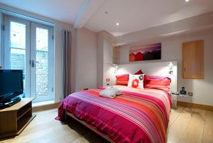 A bed or beds in a room at HomefromHolme St Peters Mews