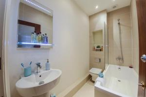 A bathroom at Finchley Central - Spacious Triplex