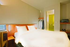 A bed or beds in a room at B&B Hôtel Avignon (1)