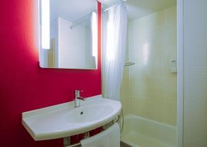 A bathroom at B&B Hôtel Avignon (1)