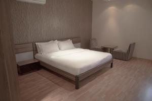 Cama ou camas em um quarto em Rafa Homes Al Izdihar 2