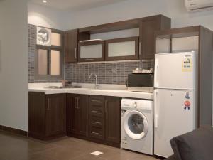 A cozinha ou cozinha compacta de Rafa Homes Al Izdihar 2