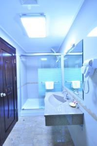 A bathroom at Hotel Arca lui Noe
