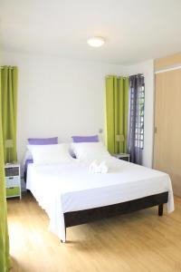 Cama ou camas em um quarto em Cool Holidays - The Green Room N358 DTO-MT