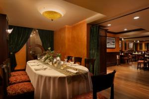 A restaurant or other place to eat at Hotel Le Soleil by Executive Hotels