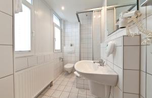 Un baño de Hotel Belmondo Hamburg Hbf