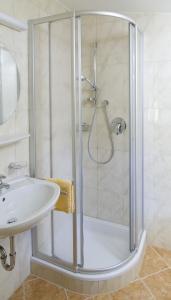 A bathroom at Hotel-Garni Austria