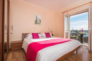 A bed or beds in a room at Apartments Grbic