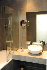 A bathroom at Hôtel Le Château Fort de Sedan