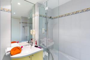 A bathroom at Aparthotel Adagio Access Rennes Centre