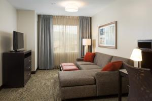 A seating area at Staybridge Suites Corona South, an IHG Hotel