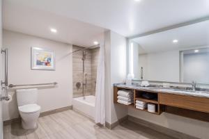 A bathroom at B Ocean Resort