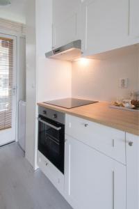 Cuisine ou kitchenette dans l'établissement Amsterdam Beach Apartment 80